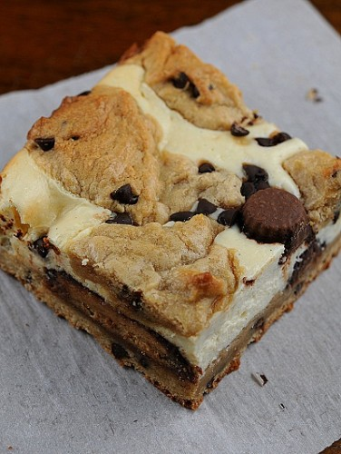 Peanut Butter Chocolate Chip Cookie Dough Cheesecake Bars – PinLaVie ...