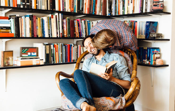 Couple-kissing-reading-1000