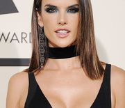 Thumb_alessandra-ambrosio-in-atelier-versace-at-the-58th-grammy-awards-5