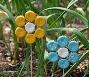 Thumb_easy-earth-day-crafts-bottle-cap-garden-art-2